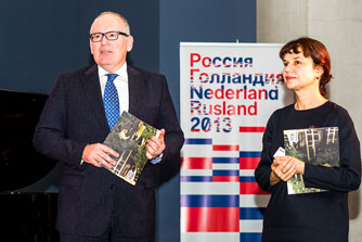 Minister of Foreign Affairs, Frans Timmermans and Marina Losha, <br />director of the Pushkin Museum, 9 November 2013