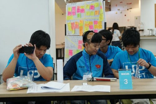 Vo Dang Khoa (middle) and his team